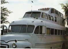 Rolling Homes: Handmade Houses on Wheels by Jane Lidz Published 1979 by A & W Publishers, Inc. School Bus For Sale, School Bus Camper, Converted School Bus, Old School Bus, Buses For Sale, Vw Bus, Vans Top, Bus House, Mini Bus