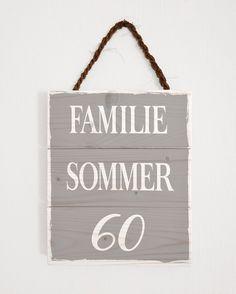 Unser individuelles Türschild mit Hausnummer eignet sich als ausgefallene  Geschenkidee oder als charmante Dekoration für die eigene Haustür.  Es besteht aus drei, miteinander verbundenen Holzbrettchen.  Teile uns einfach deinen Familiennamen, sowie die gewünschte Hausnummer mit.