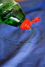Consejos para quitar manchas de aceite que ya estan secas....   Cubre por completo la mancha de grasa con líquido detergente.