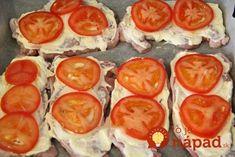 Obľubujete bravčové rezne? Vyskúšajte chutnú obmenu s vynikajúcou šťavnatou chuťou a chutným kabátikom zo syra, smotany a paradajok. Navyše, pripravíte ich bez vyprážania!