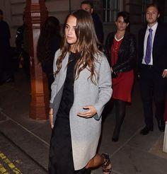 Alicia Vikander en robe graphique et manteau long