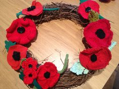 How to make a knitted or crochet poppy wreath - Decor Diy Home Knitted Poppy Free Pattern, Knitting Patterns Free, Crochet Patterns, Free Knitting, Knitting Ideas, Knitted Poppies, Crochet Flowers, Crochet Wreath, Crochet Crafts
