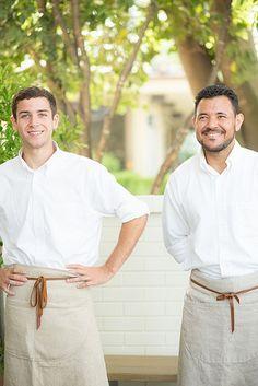 Modelo de uniforme para cozinheiro com avental da cintura ao joelho