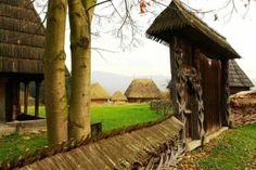 Maramures fence and gate Romanian Girls, Tourist Info, Human Kindness, Wooden Gates, Life Is Like, British Columbia, Old Houses, Croatia, Good Times
