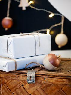 Här har vi målat vår gran direkt på väggen, ett compact living-tips för den trångbodda! Naturligt i granen med VINTER 2015 dekoration julkula. Här DIY-målad i trendriktig kopparton.