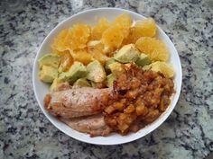 Eu que fiz!: Almoço A fome é o melhor incentivo à criatividade (e à pressa para comer): bife de filé mignon de porco, salada de abacate, laranja e abobrinha refogada! Sobremesa: um quadradinho de chocolate 100% cacau.  http://euquefiz-sp.blogspot.com.br/