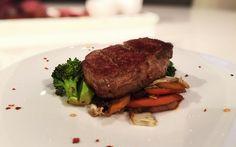 Rindersteak auf asiatischem Gemüse von cookingsociety.at Rinder Steak, Meat, Food, Asian Vegetables, New Recipes, Fresh, Kochen, Food Food, Meal