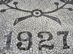 Aqui e ali, fragmentos de uma arte genuinamente nossa. A recompensa de quem vê onde põe os pés. Rua Rui Barbosa Rua da Lapa Rua Rui Barbo...