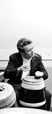 James DEAN, US actor. New York City. James DEAN loved to play the bongo drums, participates in a 'jam session' with friends. Dennis Stock, James Dean Photos, Rebel Without A Cause, Jimmy Dean, Old Hollywood, Hollywood Music, American Actors, Belle Photo, He Makes Me Happy
