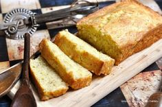 Amazing cake mix banana bread recipe that will change your life! Yummy and delicious, you will not ever look for another banana bread recipe again. Cake Mix Banana Bread, Easy Banana Bread, Banana Bread Recipes, Recipes Using Cake Mix, Cake Recipes, Dessert Recipes, Just Desserts, Delicious Desserts, Yummy Food
