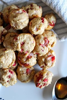 Tasty Weight Watchers Strawberry Pancake Bites you CAN NOT stop eating! This Weight Watchers recipe is easy to make and super yummy. Weight Watchers diet pancake muffins that are heavenly, moist and delicious. Weight Watchers Pancakes, Weight Watchers Breakfast, Weight Watchers Desserts, Ww Recipes, Gourmet Recipes, Oven Recipes, Easy Homemade Pancakes, Strawberry Pancakes, Pancake Bites