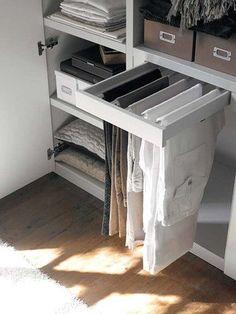 Puede que nuestro armario sea pequeño, pero con estos tips sobre distribución de armarios quedará tan ordenado como un gran vestidor. ¿Aceptas el reto?