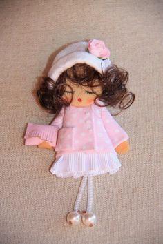 MUÑECA HG Nº20 Diy Yarn Dolls, Felt Dolls, Diy Crafts For Gifts, Fun Crafts, Handmade Dolls Patterns, Felt Bookmark, Homemade Dolls, Brooches Handmade, Fairy Dolls