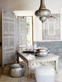 Marokańskie aranżacje wnętrza - parawan i lampa