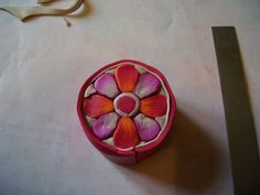 A bunch of flower cane tutorials on this site  by Creation de Bijoux en Pate Fimo