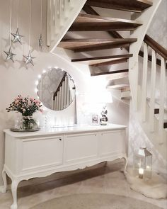 Vanha senkki on löytänyt mainion paikan portaikon alla, jossa se tarjoaa mukavasti säilytystilaa ja tason maljakoille sekä muille koriste-esineille. Alcove, Tila, Stairs, Mirror, Furniture, Home Decor, Stairway, Decoration Home, Room Decor
