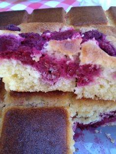 J'aime beaucoup les framboises ! Voici un gâteau hyper simple , rapide à préparer et super bon : pour 16 parts 2 pp / part -framboises (surgelées pour moi ) -2 œufs 4 pp -50 g de sucre 5 pp -1 bouchon d'édulcorant liquide (hermesetas) -80 g de beurre...