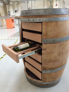 Woodworking How To Videos Wine Barrel Chairs, Whiskey Barrel Furniture, Wine Barrel Table, Wine Barrels, Furniture Plans, Furniture Making, Whiskey Room, Barris, Barrel Projects