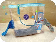Pour ses vacances chez ses grands-parents, mon petit bonhomme avait désespérement besoin d'une trousse de toilette ... Voici donc une des idées qui me trottaient en tête depuis un bout de temps : Trousse de toilette - patron maison Biais bleu turquoise...
