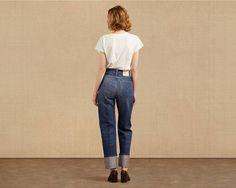 Le 701® 1950 de la collection Levi's® Vintage Clothing était le tout premier jean cinq poches spécialement créé pour les femmes. Officiellement lancé en 1939, il apparut dans les pages du magazine Vogue sur le thème « mode ranch ». Comme le jean 501® de l'époque, cette première version du 701® était dotée d'une martingale à l'arrière, d'une partie supérieure arrondie et de jambes larges et droites. Au début des années 50, la martingale disparut, mais ce jean conserva sa taille haute très…