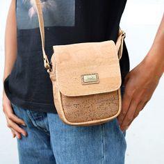 Kork Schultertasche «Cross Flap» von Montado – Ökologische Tasche Marc Jacobs, Bags, Fashion, Vegan Handbags, Notebook Bag, Pocket Wallet, Sustainability, Fashion Women, Leather