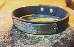 Hopealaatassa pätkä Finlandia-hymnistä.  #finlandiahymni #jeansibelius #anuek #koruseppä #rannekoru #jewelrydesigner #handmadejewelry #bracelet #silverandleather #rustic