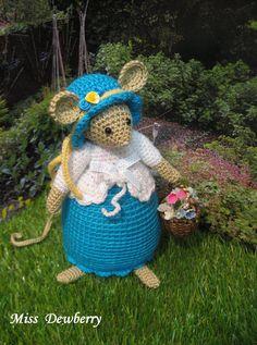 Brambly Hedge Miss Dewberry van dollsandbunnies op Etsy Amigurumi Doll, Amigurumi Patterns, Beatrice Potter, Brambly Hedge, Crochet Christmas Trees, Crochet Mouse, Felt Mouse, Little Flowers, Hedges