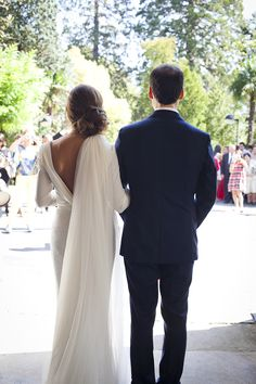 Es la mejor palabra para definir a Ziortza en el día de su boda. Con una falda llena de cristales y un top de estilo camisero anudado en la...