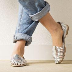 Onyva.ch / La Garconne Shoes #onyva #onlineshop #shoes #sandals #shoedesign #elegant #chic #switzerland #lagarconneshoes #vintage #summer #summershoes #summersandals #fashion #leather Huaraches, Summer Shoes, Designer Shoes, Elegant Chic, Detail, Switzerland, Shoes Sandals, Leather, Shopping