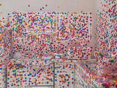 Yayoi Kusama est une artiste Contemporaine Japonaise née en 1929 à Matsumoto. Ses premières oeuvres, réalisées dans les années 50, sont des Aquarelles et dessins issus, dit-elle, d'hallucinations de son enfance. Elle expose actuellement à New-York et voici quelques photos à découvrir dans la suite.