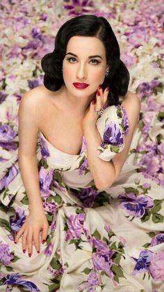 Burlesque's it girl Dita Von Teese makes a case for glamour that never sleeps. Lingerie Chic, Lingerie Vintage, Boutique Lingerie, Top Models, Vintage Beauty, Floral Fashion, Vintage Fashion, Moda Pin Up, Pinup