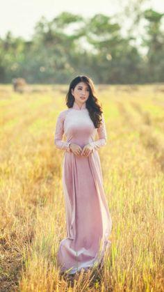 Vietnamese Traditional Dress, Vietnamese Dress, Traditional Dresses, Runway Fashion, Girl Fashion, Fashion Outfits, Fashion Trends, Ao Dai, Future Fashion