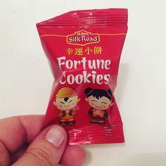 Hemos pedido comida asiática para cenar y nos han traído galletas de la fortuna! Que mensaje me tocara??? Luego os lo cuento. OS GUSTAN LAS GALLETAS DE LA FORTUNA? #fortunecookiefail #fortunecookie #galletasdelafortuna