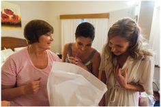 La novia junto a su hermana y madre viendo el ramo por primera vez.
