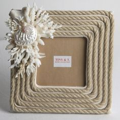 Porta retratos Diy Crafts Hacks, Diy Home Crafts, Arts And Crafts, Jute Crafts, Sea Crafts, Seashell Projects, Seashell Crafts, Frame Crafts, Diy Frame