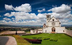 The Papal Basilica of St. Francis of Assisi Under a magnificent sky and view over Umbria country. By Craignos (Flickr)