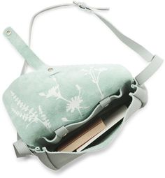 Webshop - Keecie Picking Flowers medium Dusty Green. A great bag, suitable for all occasions.  As it closes at the back, it is the perfect bag to go shopping with, worry-free.
