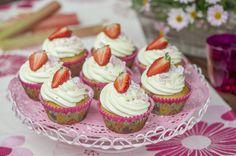 Kesäjuhlien raparperiherkku Mini Cupcakes, Desserts, Food, Tailgate Desserts, Dessert, Postres, Deserts, Meals
