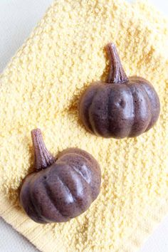 Add a pumpkin spice soap to your bathroom this fall! They are absolutely perfect when poured into pumpkin shapes with this mold idea! Cute Pumpkin, Pumpkin Crafts, Pumpkin Spice Latte, Fall Crafts, Crafts For Kids, Pumpkin Ideas, Diy Crafts, Fall Wallpaper, Fall Diy