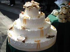 http://www.lemienozze.it/gallerie/torte-nuziali-foto/img17674.html  Torta nuziale con fiocchetti gialli