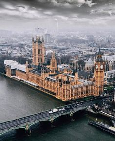 A London Tourist Guide. You Don't Need A Travel Agent To Pick A Great London Hotel. Read on to find out how to find an affordable place London Eye, London City, London Food, Big Ben London, London Tourist Guide, London Travel, Palace London, London Hotels, London England