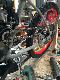 Chain tensioner and sprocket