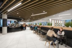 In the staff restaurant, all the lights were positioned between acoustic baffles: cylindrical pendant luminaires as a custom-made product, which look like recessed downlights and Slash 2 LED pendant luminaires.