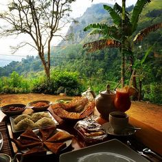 Best place to stay in Sri Lanka Ella for a yummy breakfast with breathtaking views.