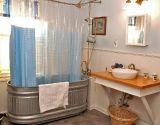 48 Easy Shower Design Ideas For Small Bathroom - Design Tiny Bathrooms, Tiny House Bathroom, Amazing Bathrooms, Small Bathroom, Hotel Bathrooms, Bathroom Plants, Tin Bathtub, Bathroom Tub Shower, Horse Trough Bathtub