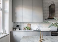 I think this is such a cozy and inviting home. I like the combination of the grey walls and kitchen cabinets with the antique wooden furniture pieces and the green plants. The white tile wall in the kitchen gives a … Continue reading → Kitchen Dinning, New Kitchen, Kitchen Decor, Kitchen Design, Kitchen Ideas, Swedish Kitchen, Scandinavian Kitchen, Grey Kitchens, Cool Kitchens