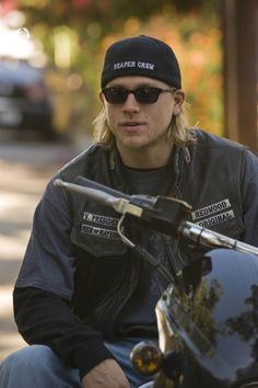 Picture: Charlie Hunnam on FX's 'Sons of Anarchy.' Pic is in a photo gallery for 'Sons of Anarchy' featuring 146 pictures. Jax Teller, Brad Pitt, Ricardo Baldin, Sons Of Anarchy Samcro, Sons Of Anarchy Motorcycles, Charlie Hunnam Soa, Raining Men, Karl Urban, Joe Manganiello