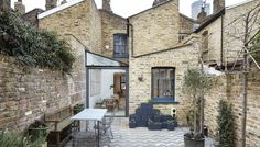 Architects adds glass-roofed extension to terraced house in London Fraher Architects adds glass-roofed extension to terraced house in London .Fraher Architects adds glass-roofed extension to terraced house in London . Architecture Renovation, Modern Architecture, Fashion Architecture, London Architecture, Lofts Pequenos, Conservatory Kitchen, Architects London, Glass Extension, Side Extension