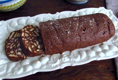 This is one of those homemade chocolate recipes we all enjoy. This chocolate salami is a simple recipe, with few ingredients and very tasty. Homemade Chocolate, Delicious Chocolate, Chocolate Desserts, Portuguese Desserts, Portuguese Recipes, Portuguese Food, Food Cakes, No Bake Desserts, Healthy Desserts