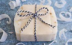 Mit diesem Grundrezept für Seife können Sie Ihre ganz persönliche Naturseife selber machen. In Ihrer Lieblingsfarbe und mit Ihrem Lieblingsduft.